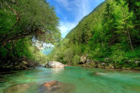 Río claro alpino Soca en Alpes eslovenos