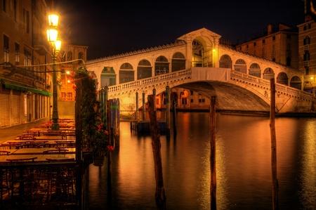 iluminated: Puente de Rialto en Venecia Italia