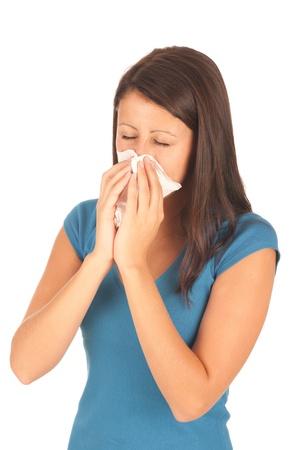 allerg�nes: Attrayante jeune fille brune attrap� un rhume isol� sur fond blanc