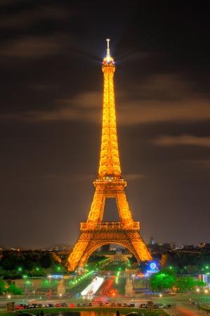 París - 22 de septiembre: Eiffel Tower luz rayo mostrar al atardecer, el 22 de septiembre de 2011 en París, Francia. Torre Eiffel es el monumento más alto en Francia utilizar 20.000 bombillas en el show.