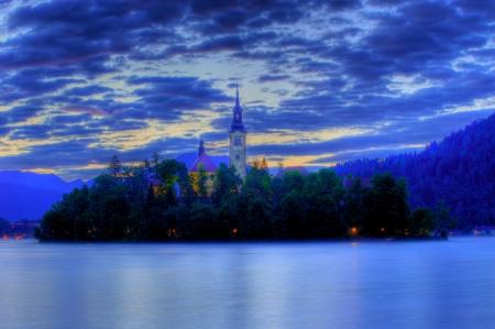 早朝にブレッド島 - 湖の教会