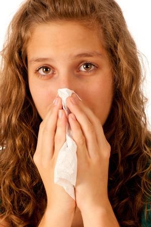 alergenos: Chica atractiva morena tiene un resfriado aisladas sobre fondo blanco Foto de archivo