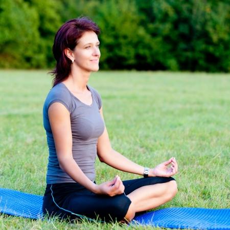yoga woman on green gras Foto de archivo