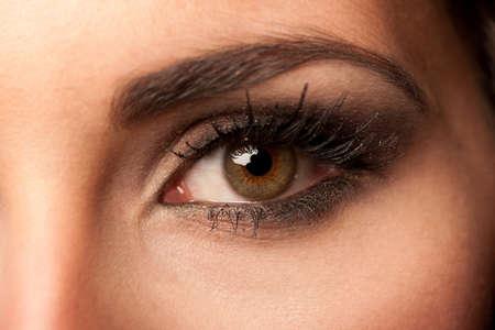 ojos marrones: La mujer morena con el maquillaje de los ojos de color pastel y las pestañas largas