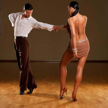 pareja de baile latino en acción
