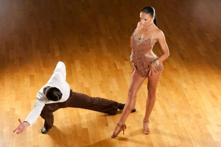 bailes de salsa: pareja de baile latino en acci�n