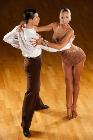 baile latino: pareja de baile latino en acción