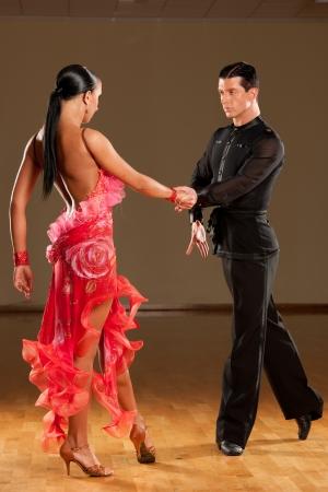 latino dance couple in action Foto de archivo