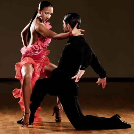 bailarines de salsa: pareja de baile latino en acción