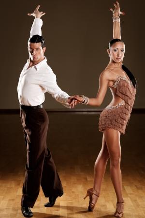 baile salsa: pareja de baile latino en acci�n