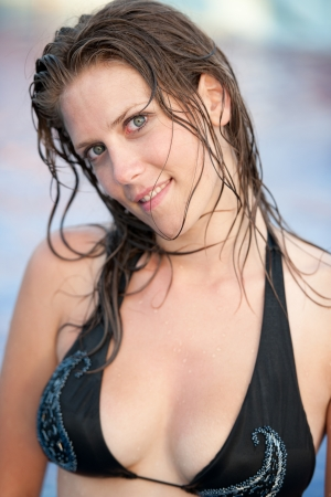 Linda chica morena en traje de baño bikini en la piscina Foto de archivo - 18034998