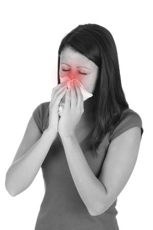 alergenos: Chica morena atractiva consigui� un fr�o aislado en el fondo blanco
