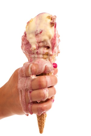 El derretimiento del hielo de crema en la mano