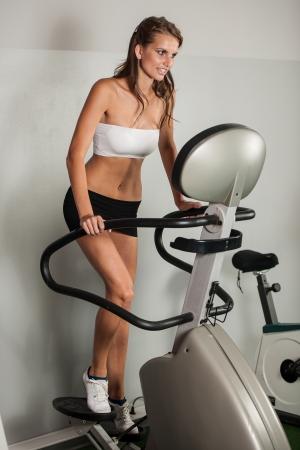 trabalhar fora: Menina bonita magro trabalhar em deslizante em fitness Banco de Imagens