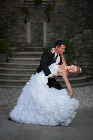 Bruid en bruidegom dansen hun eerste dans Stockfoto
