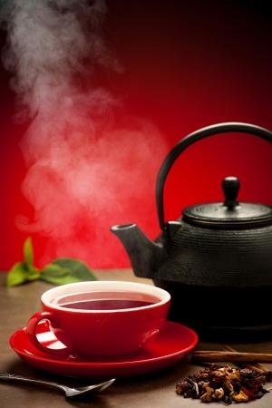 Theepot en kopje thee arangement op een tafel