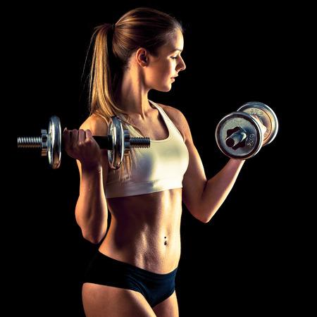Atractiva joven que trabaja con pesas Foto de archivo - 26494319