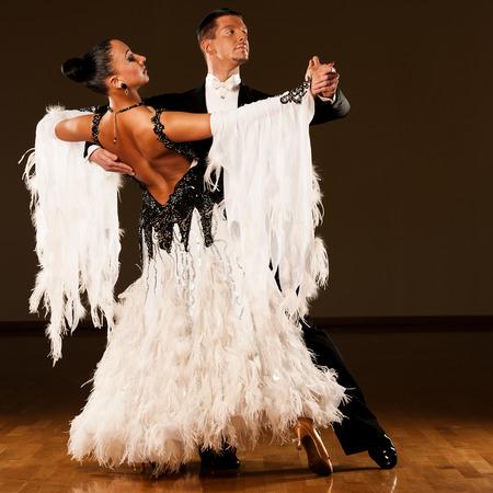 Professionele ballroom dans paar voorvormen een romantische tentoonstelling dans