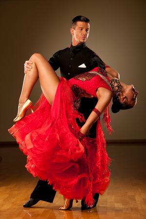 Professionelle Tanzpaar Vorform einer romantischen Ausstellung Tanz