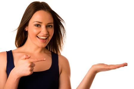 Feliz asiática caucásica mujer sostiene en la mano copyspace aislado más de blanco