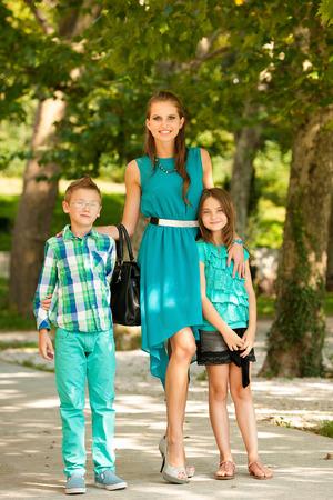 adn: Madre con el hijo adn hija en una caminata en el parque en la tarde de finales de verano