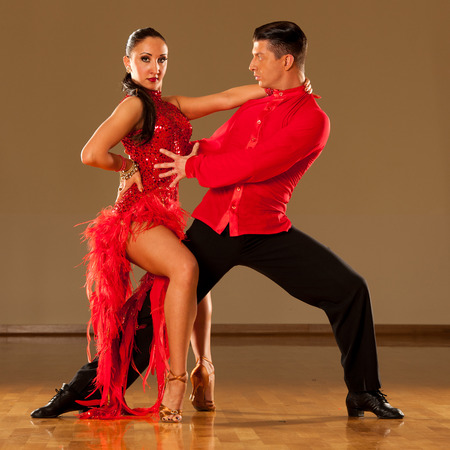 bailando salsa: pareja de baile latino en la acción - bailando samba salvaje