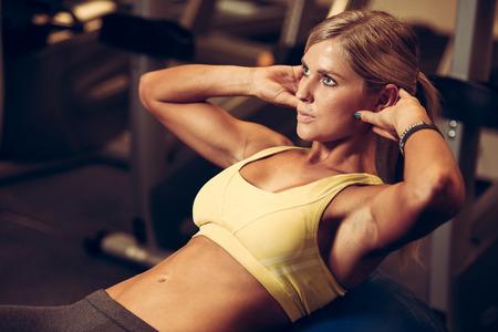 motion: vacker idrotts- kvinna som arbetar ab intervall