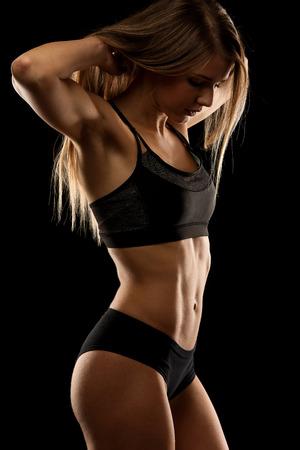 atletismo: atractiva joven de trabajo con pesas - fitness chica bikini con estilo de vida saludable y un cuerpo perfecto