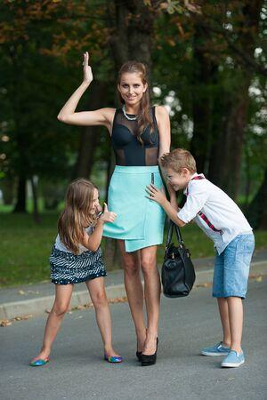 adn: Madre con el hijo naughti adn hija en una caminata en el parque en la noche de verano