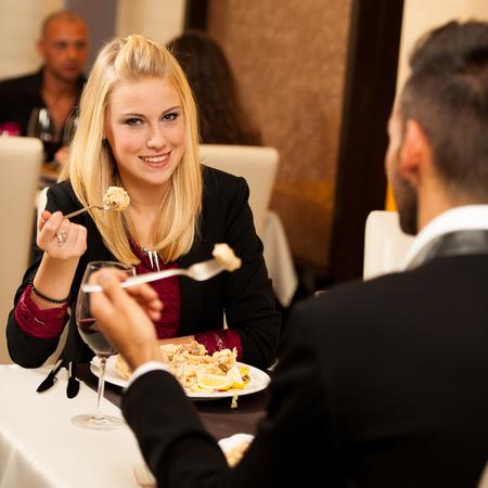 pareja comiendo: Los j�venes comen la cena en el restaurante