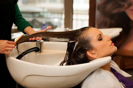 pelo: Peluquer�a haciendo que el tratamiento del pelo a un cliente en el sal�n Foto de archivo