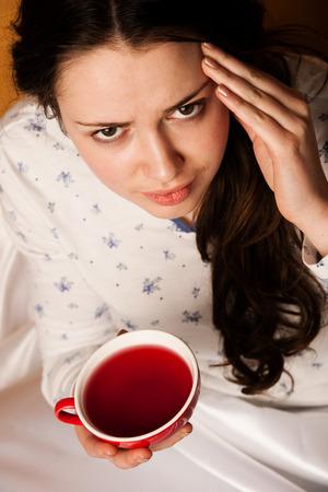 personne malade: Caucasien, femme, asiatique avec la grippe