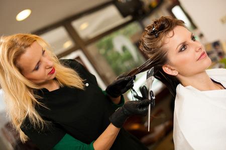 Coiffeur rendant le traitement des cheveux à un client dans le salon Banque d'images - 38774991