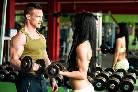 Fitness youple Training - passen Mann und Frau trainieren im Fitness-Studio