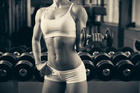 фитнес: Красивая подходят женщина работает в тренажерный зал