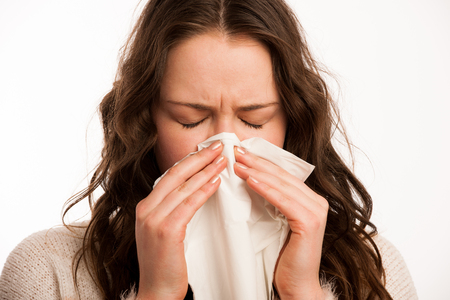 �cold: Asian donna caucasica con l'influenza
