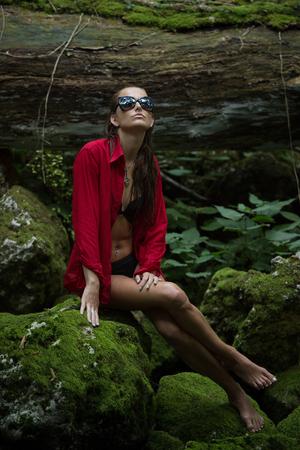cuerpo femenino: Mujer de moda en el bosque oscuro cerca del r�o