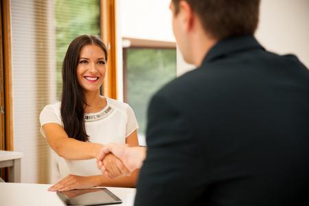 entrevista de trabajo: Hombre y mujer en la reunión de negocios, sentado en la oficina, discutiendo las soluciones