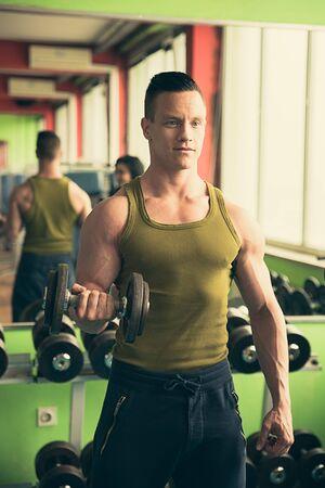 hombre fuerte: Hombre atl�tico joven que trabaja en el gimnasio - entrenamiento de la gimnasia Foto de archivo