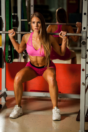 out of body: Ftiness woekout - Popular beautiful aoung woman workout in fitness gym, training body building for bikini fitness category competition Stock Photo