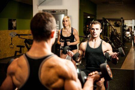 cuerpo hombre: entrenamiento joven handsom en el gimnasio de la aptitud Foto de archivo
