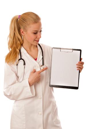 personne malade: Femme m�decin avec son st�thoscope autour du cou montrant presse-papiers avec un espace vide pour la note ou de la publicit�.