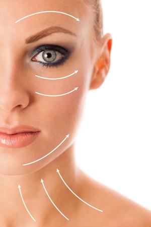 Portret van de schoonheid van vrouw met perfecte make-up, smokey eyes, volle lippen denken over anti-aging chirurgie. Stockfoto