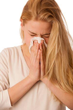 enfermos: Mujer enferma con gripe y fiebre sonarse la nariz en el tejido aislado sobre fondo blanco.