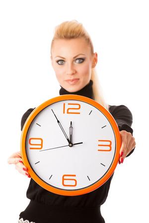 Calme femme souriante avec grande horloge d'orange gestes pas de précipitation, suffisamment de temps pour être ponctuel.