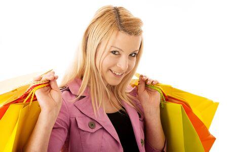 chicas comprando: La mujer rubia linda con bolsas de la compra vibrante aislados sobre fondo blanco Studio foto Foto de archivo
