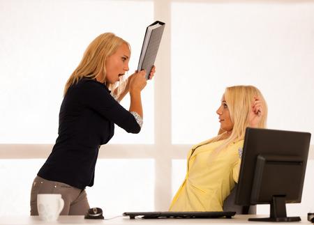 irrespeto: El estrés mobbing - wonts Trabajador enojado para golpear a un jefe con una carpeta