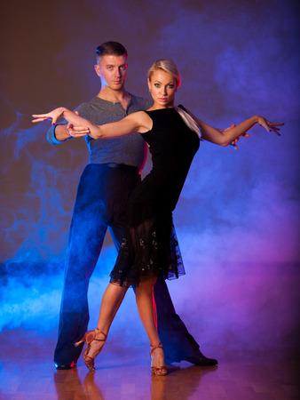 Schöne Ballsaal Paar ihre pasonate Ausstellung Tanz Vorformen Standard-Bild - 71371198
