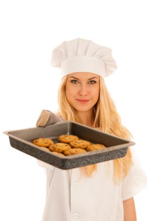 mooie blonde vrouw in chef-kok jurk bakken cookies geïsoleerd op witte achtergrond