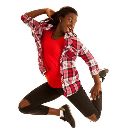 Actieve jonge die vrouwendansersprongen in de lucht over witte achtergrond worden geïsoleerd